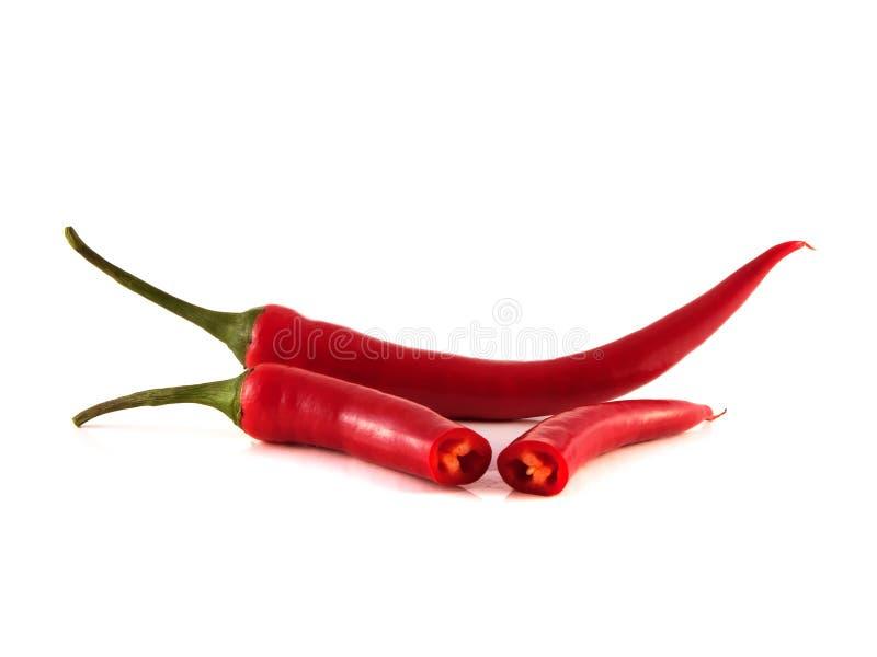 Skivad varm peppar för röd chili på vit bakgrund. arkivbilder