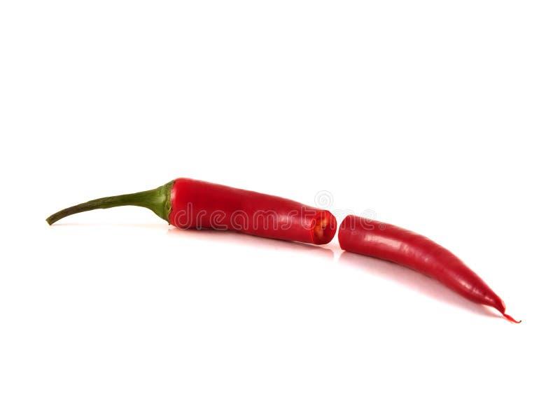 Skivad varm peppar för röd chili på vit bakgrund. royaltyfri foto