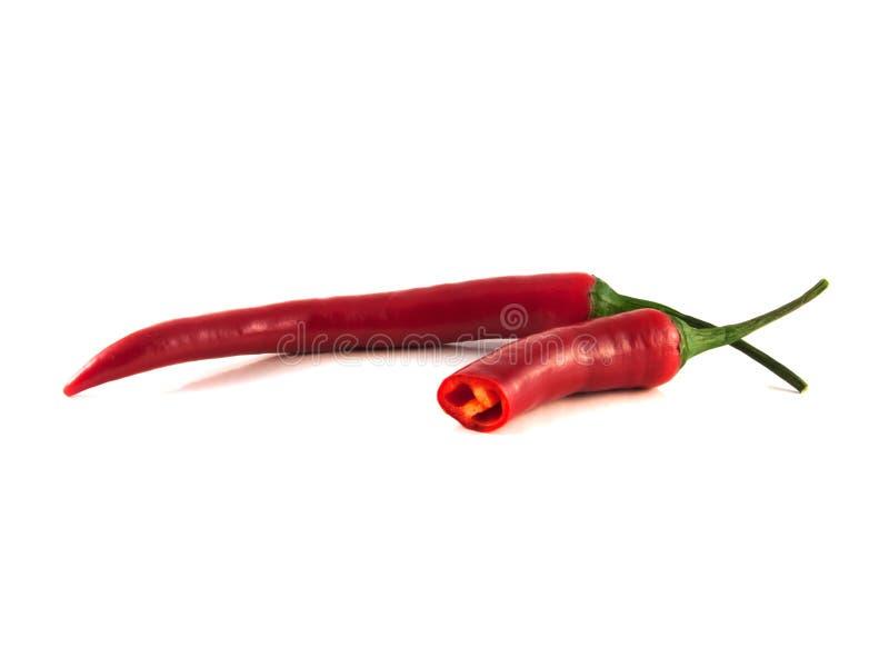 Skivad varm peppar för röd chili på vit bakgrund. royaltyfri fotografi