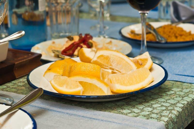 Skivade citroner på en vit platta på ett utomhus- kafé i Madrid, Spanien royaltyfria foton