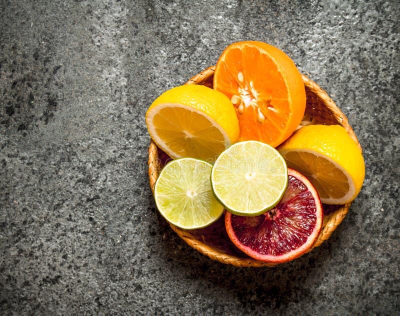 Skivade citrusfrukter i en korg fotografering för bildbyråer