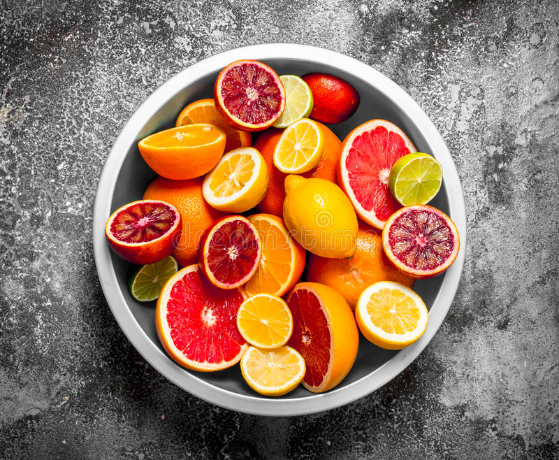 Skivade citrusfrukter i en stor bunke fotografering för bildbyråer
