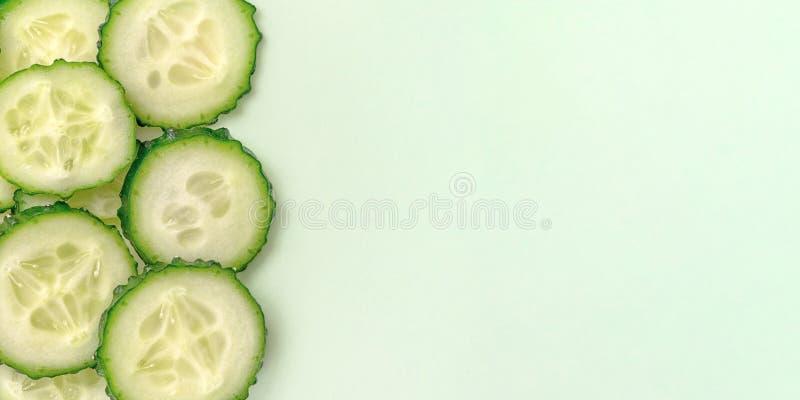 Skivade den nya gurkan på ljust - grön bakgrund Slut upp, bästa sikt Med kopiera utrymme royaltyfri fotografi