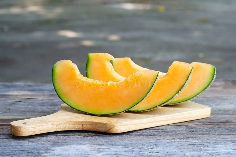 Skivade den nya söta melon på träbräde Söt frukt royaltyfri fotografi