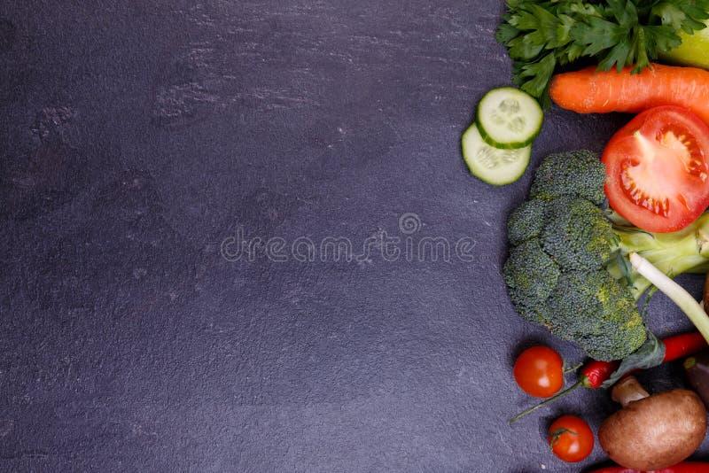 skivade grönsaker flatlay peppar för aubergine för lökkålbroccoli arkivbilder