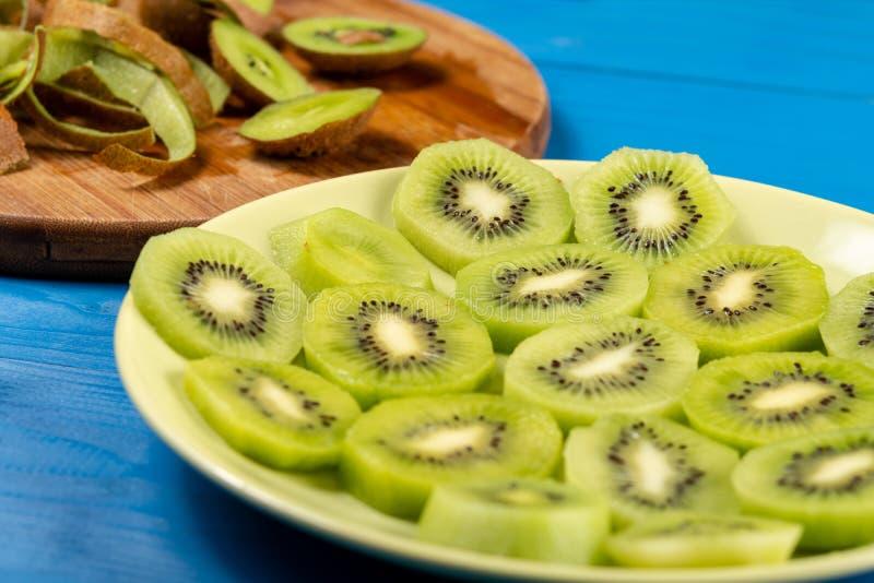 Skivade Kiwi Fruit On The Plate och tr?sk?rbr?da royaltyfri fotografi