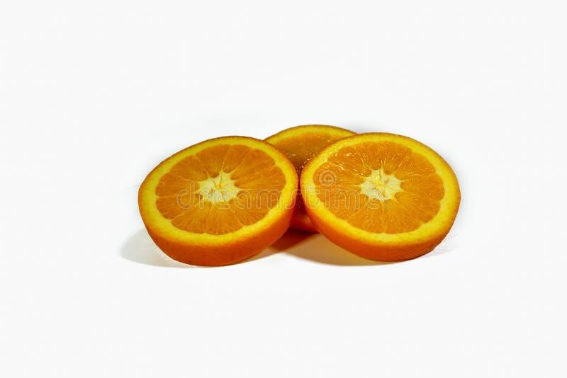 Skivade orange skivor som staplas isolerat på en vit bakgrund arkivfoton