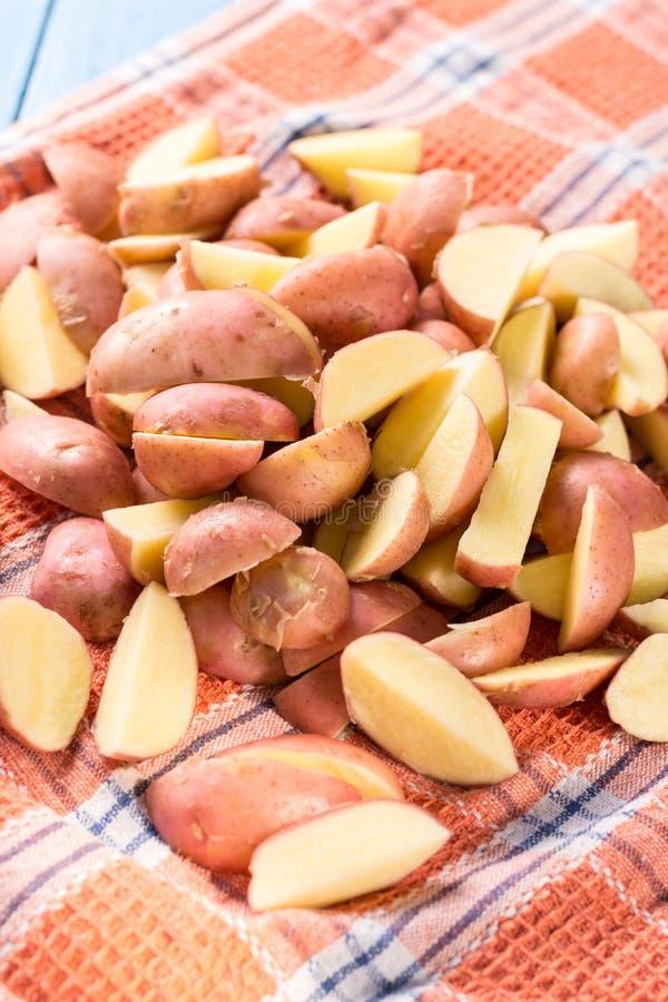Skivade unga potatisar som torkar på kökdisktrasan royaltyfri bild