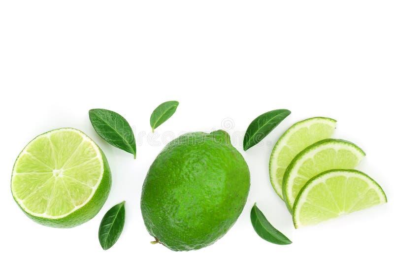 Skivade vith sidor för limefrukt som isoleras på vit bakgrund med kopieringsutrymme för din text Top beskådar Lekmanna- modell fö royaltyfri bild
