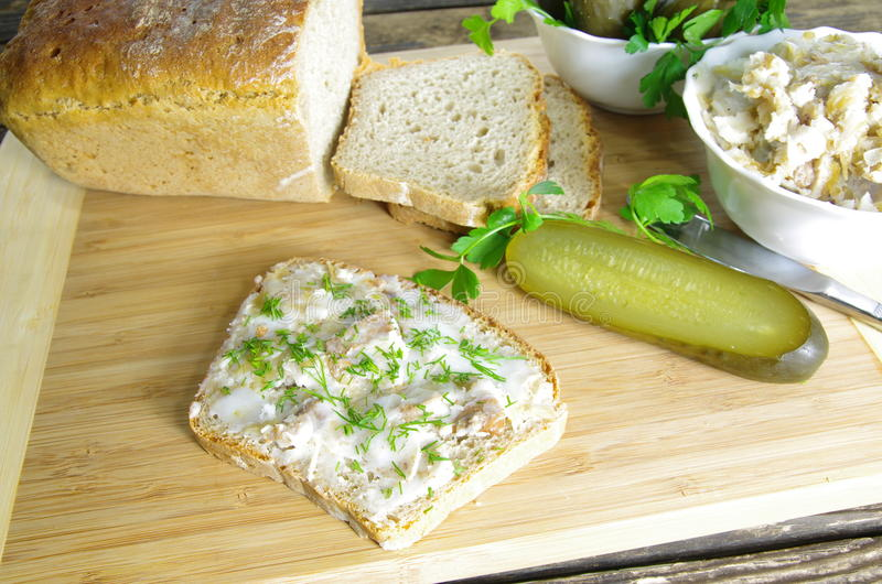 Skivan av bröd med späcker arkivfoton