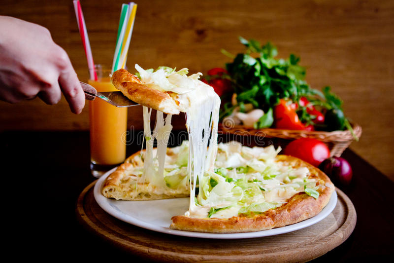 Skivan av pizza med smältt ost royaltyfria foton