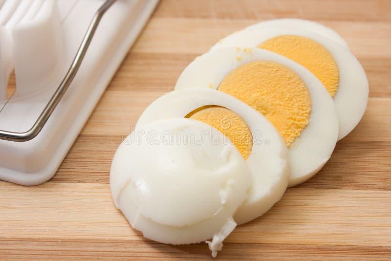 Skivat ägg på äggavbrytaren royaltyfria bilder
