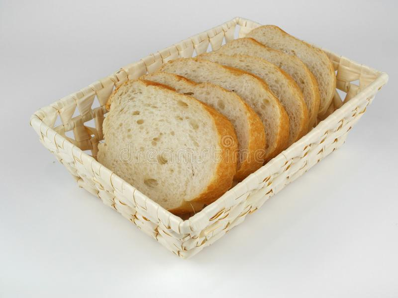 Skivat bröd i vide- korg royaltyfri bild