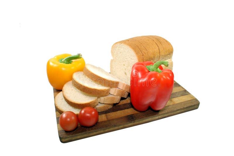 Skivat bröd med grönsaker arkivfoton