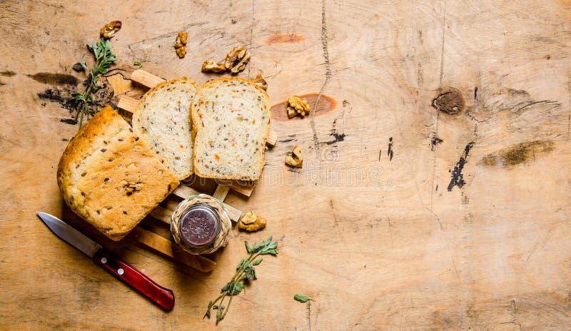 Skivat bröd med salt och en kniv royaltyfri foto