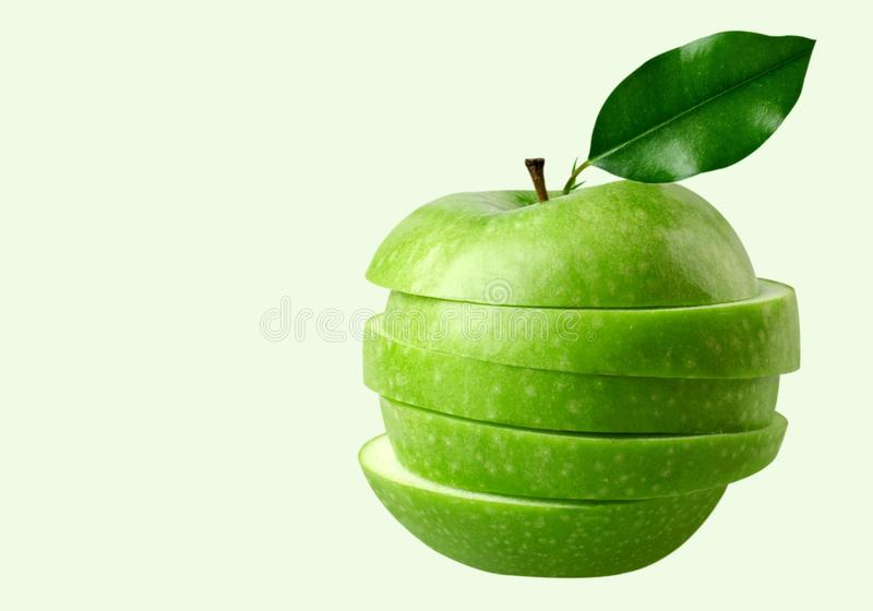 Skivat grönt äpple på bakgrund royaltyfri foto