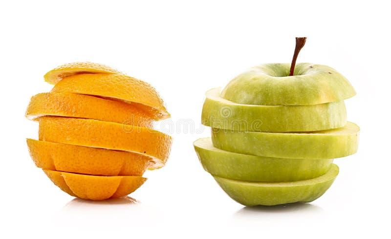 Skivat isolerade äpple och orange fotografering för bildbyråer