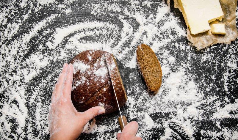 Skivat rågbröd ombord med mjöl royaltyfri foto
