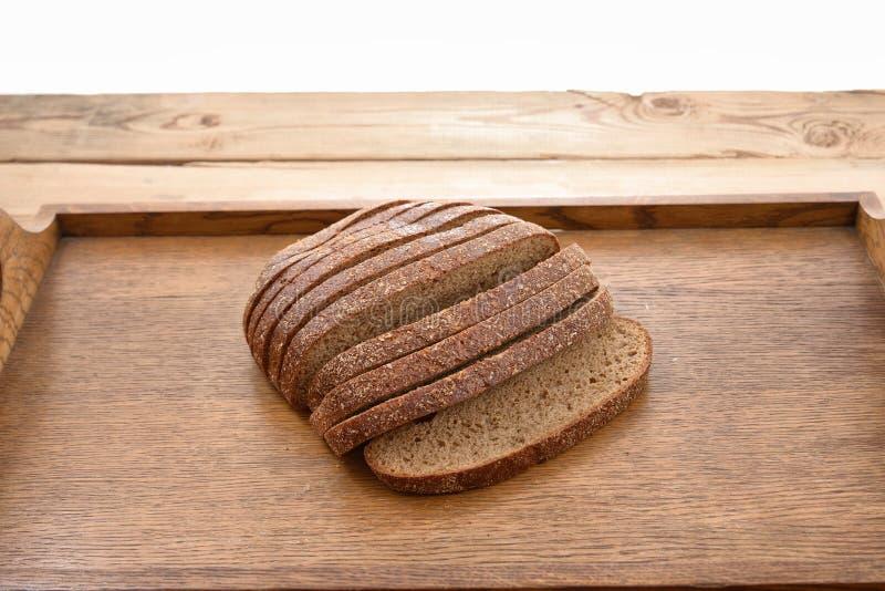 Skivat rågbröd på ett bräde table trä royaltyfri fotografi