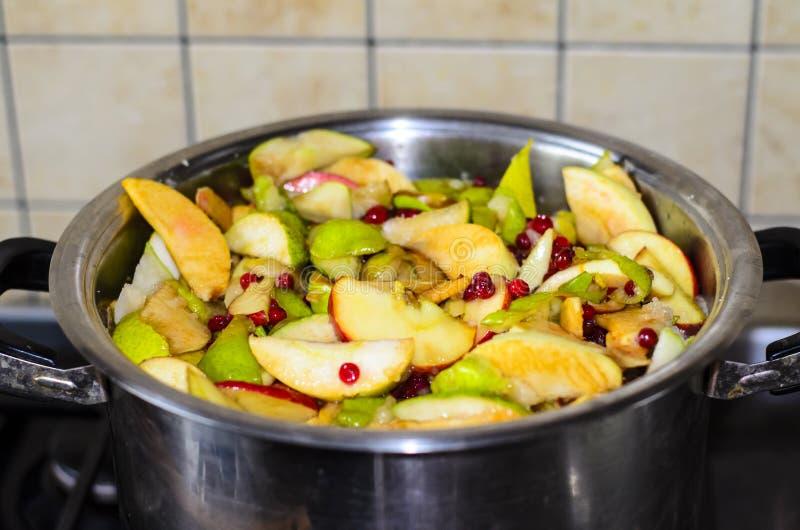 Skivor av äpplen, päron, bär lagas mat royaltyfria bilder