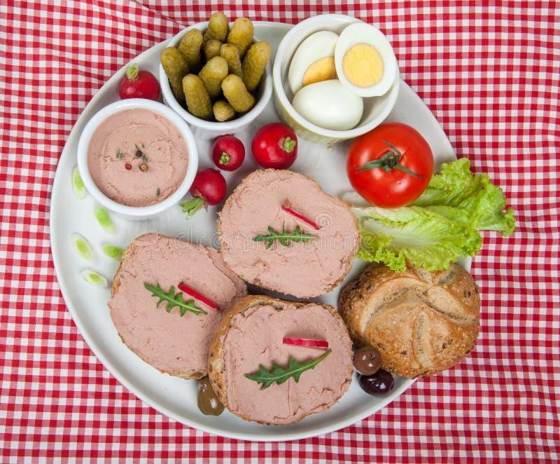 Skivor av bröd med hem- gjord pate, grönsaker och ägg fotografering för bildbyråer