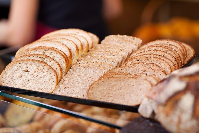 Skivor av bröd som är ordnade på räknare royaltyfri foto