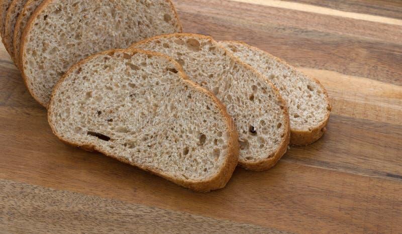 Skivor av ett litet bröd släntrar framme royaltyfri foto