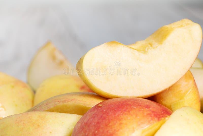 Skivor av färskt rödäpple färsk äppelkvart royaltyfri bild