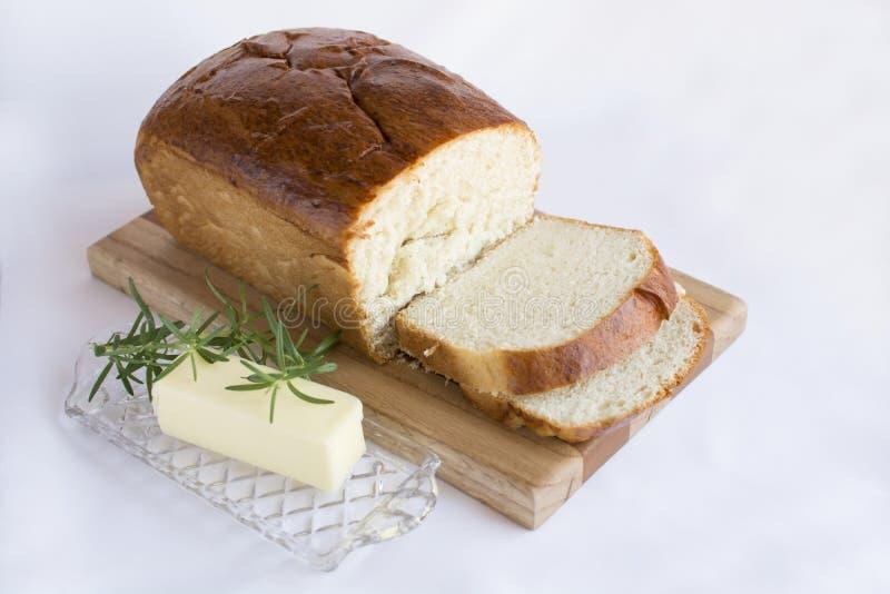 Skivor av hemlagat vitt bröd på den wood skärbrädan arkivfoton