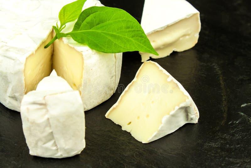 Skivor av ostcamembert på kritiserar brädet sund ost vita mejeriisoleringsprodukter Ost med den nobla formen fotografering för bildbyråer