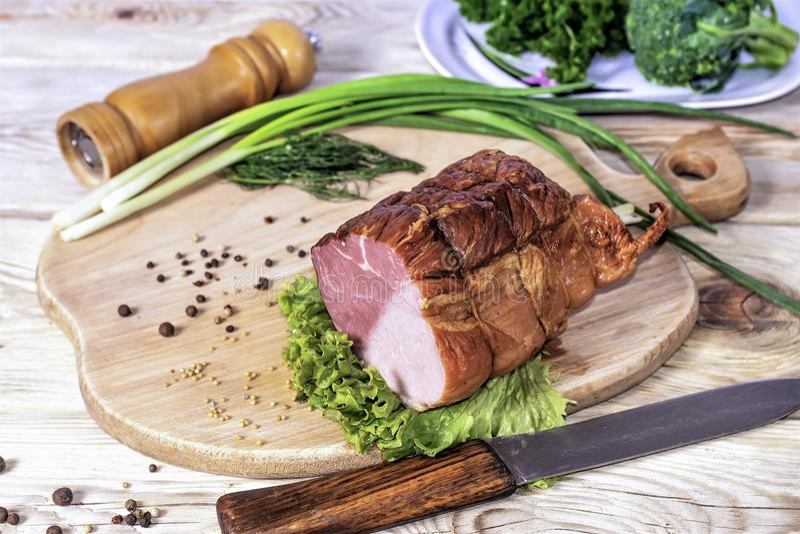 Skivor av skinka i gröna grönsaker royaltyfri bild