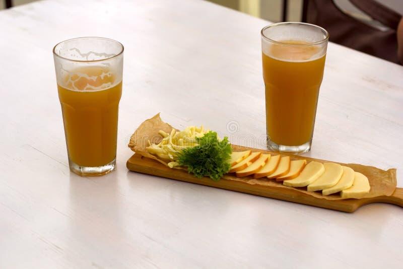 skivor för kallt öl och ost royaltyfria bilder