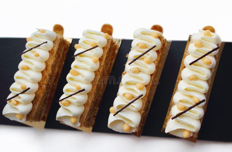 Skivor för smördegNapoleon kaka med bästa sikt för vit toppning och för citrus ostmassa arkivbild