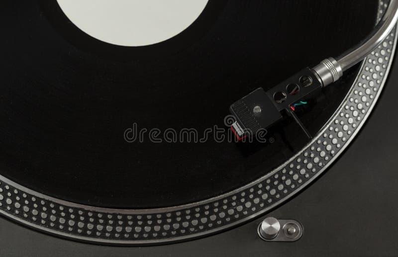 Skivtallrik som spelar upp vinyl som är nära med visaren på rekordet royaltyfri bild