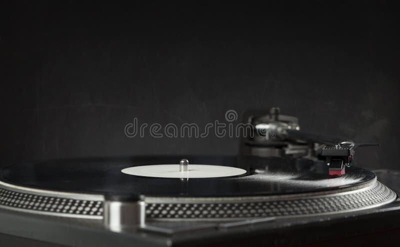 Skivtallrik som spelar upp vinyl som är nära med visaren på rekordet arkivbild