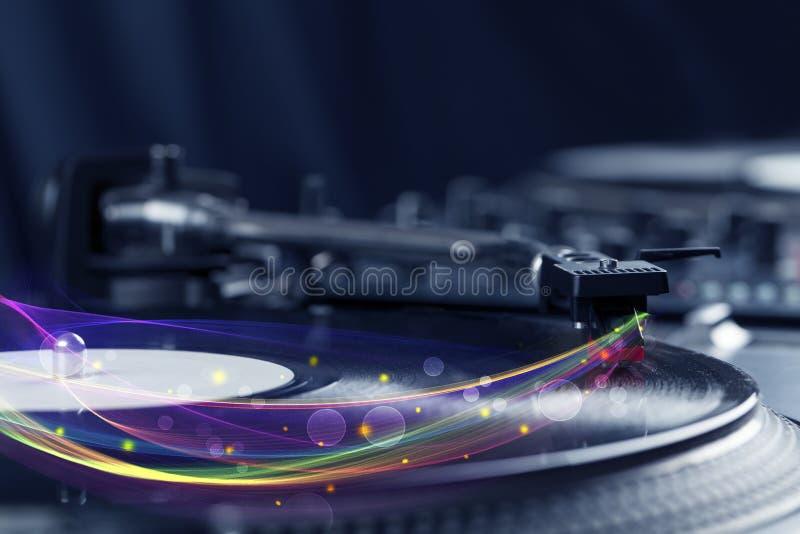 Skivtallrik som spelar vinyl med glödande abstrakta linjer royaltyfria bilder