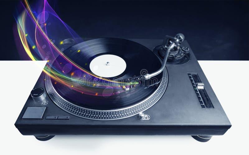 Skivtallrik som spelar vinyl med glödande abstrakta linjer royaltyfri foto
