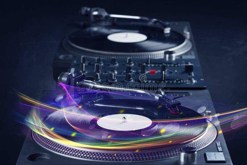Skivtallrik som spelar vinyl med glödande abstrakta linjer arkivfoto