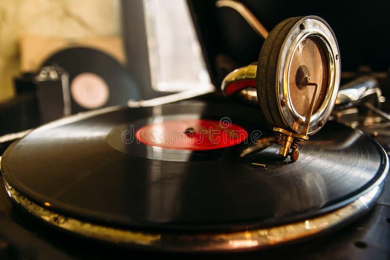 Skivtallrikvinylskivspelare Retro ljudutrustning för diskjockey Solid teknologi för att discjockeyn ska blanda royaltyfria foton