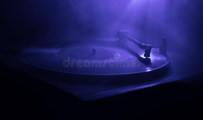 Skivtallrikvinylskivspelare Retro ljudutrustning för diskjockey Solid teknologi för att discjockeyn ska blanda & som spelar musik arkivbild