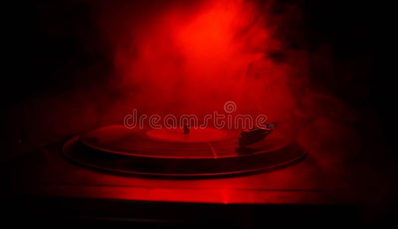 Skivtallrikvinylskivspelare Retro ljudutrustning för diskjockey Solid teknologi för att discjockeyn ska blanda & som spelar musik arkivfoton