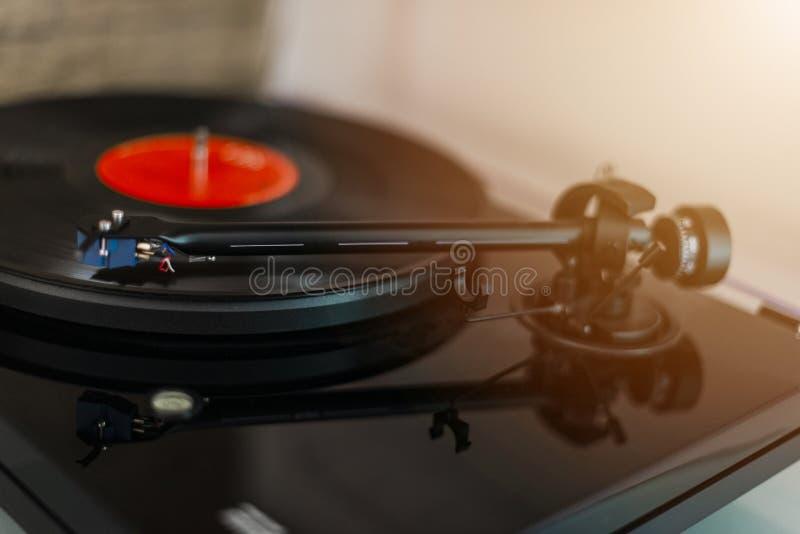 Skivtallrikvisare på ett vinylrekord Tappningvinylskivspelare Visare på ett svart vinylrekord Musik ljud Beträffande tappningviny royaltyfria foton
