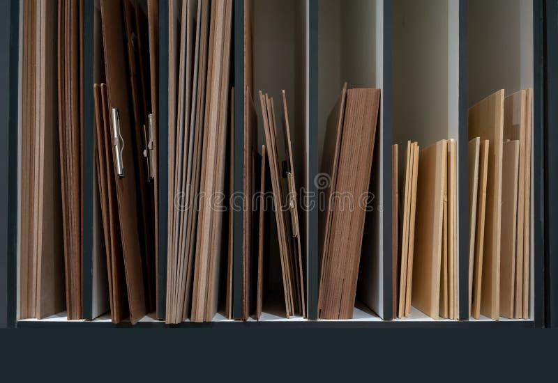 Skizze sortierend, verschalen Sie in der Bestellung auf hölzernem Speicherregal mit divid lizenzfreie stockfotos
