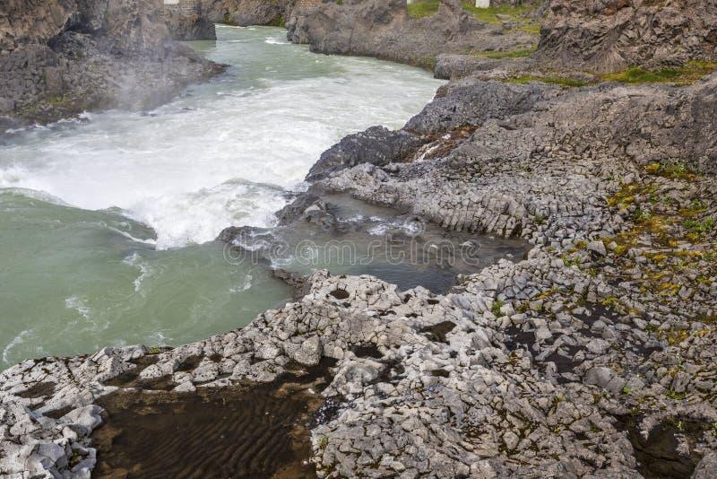 Skjalfandafljot河Rocy河岸顺流Godafoss瀑布的在冰岛 库存照片