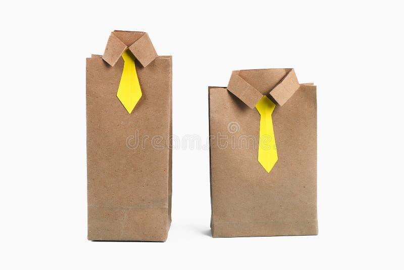 Skjorta för packe för påse för gåva för Diy faderdag med slipsen som tillverkar papper på en vit bakgrund arkivfoto