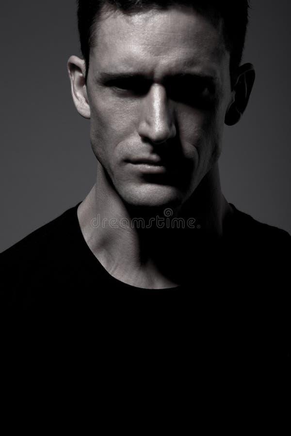 skjorta t för svart grå man för bakgrund posera fotografering för bildbyråer