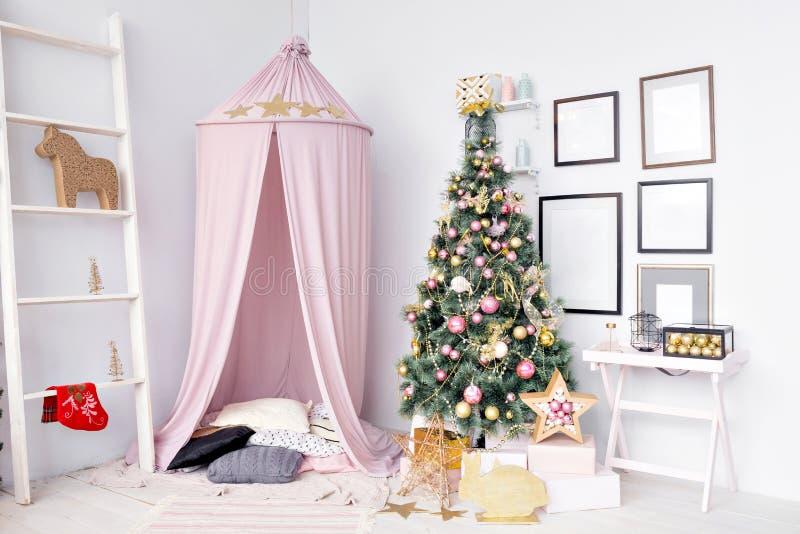 Skjul som är förberett för barn Härlig dekor för nytt år av huset för jul för barnrum royaltyfria bilder