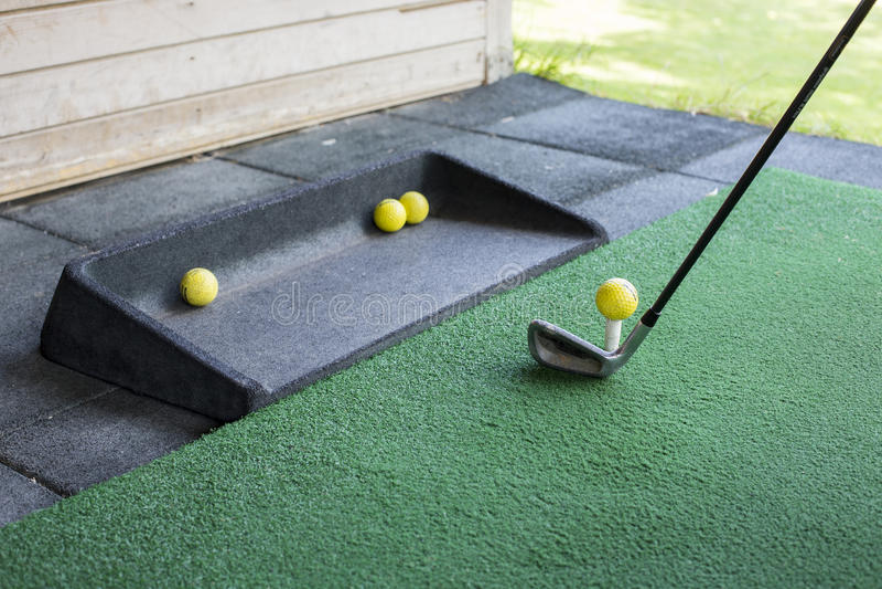 Skjuta en golfboll royaltyfri fotografi