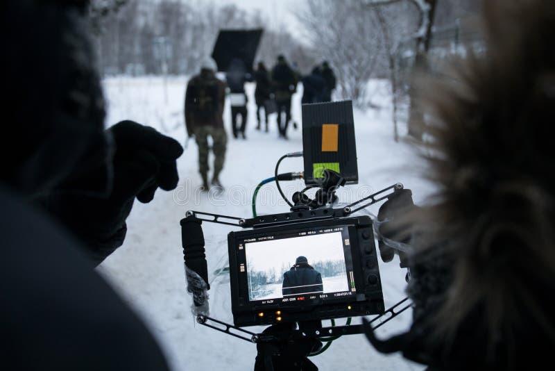 Skjuta en spelfilm som är i kulisserna på uppsättningen i gatasikten från kameran arkivfoto