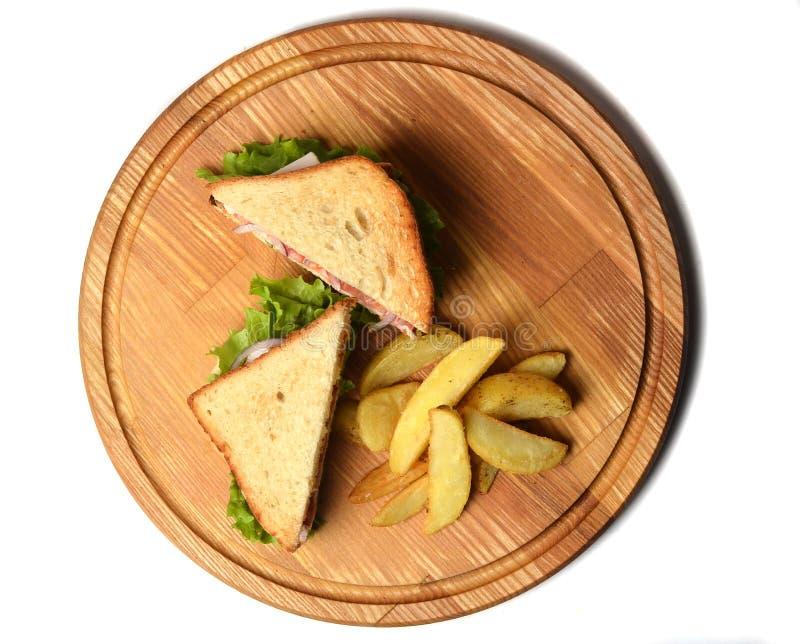 Skjuta in med bakade potatisar på ett träbräde som isoleras på vit bakgrund Restaurated mat Skjutit i en studio royaltyfri fotografi